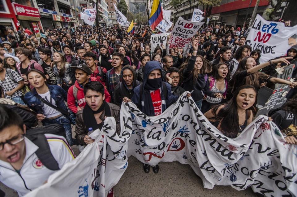 Verzögerung beim Friedensprozess und Großdemonstration gegen Sozialpolitik